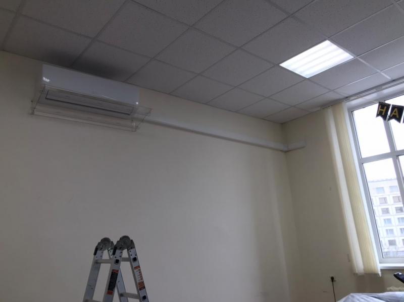 Монтаж 24 Gree с защитным экраном в офисе